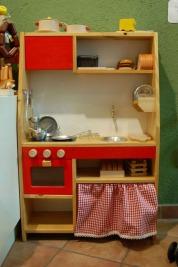 La cuineta que actualment tenim a la botiga està feta de fusta massissa a Sant Hilari Sacalm. La tenim en dos colors, vermell i blau, les mides són : 56 x 21 x 86 cm. El preu és de 156 €. (els complements que es venen amb la cuineta tenen un 10% de descompte.)